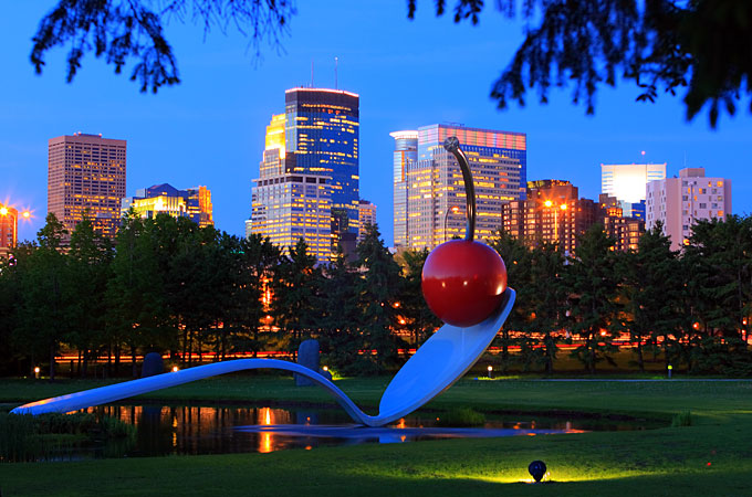 Spoonbridge and Cherry im Minneapolis Sculpture Garden, Minnesota - Credit: Claes Oldenburg and Coosje van Bruggen
