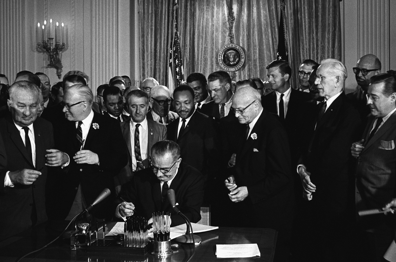 02.07.1964 Präsident Johnson unterzeichnet Civil Rights Act - Martin Luthr King im Hintergrund, Washington, D.C. - Credit: Cecil Stoughton, White House Press Office (WHPO)