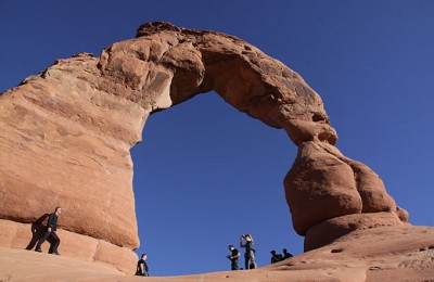 UT/Moab/Arches NP/Arch mit Personen 680