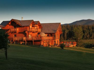 BC/Echo Valley Guest Ranch/Lodge am Abend